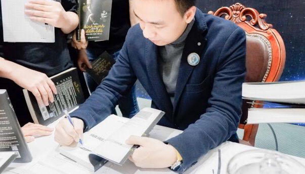 """Cuốn sách """"Trước bình minh luôn là đêm tối"""" phiên bản đặc biệt được đấu giá tại Quảng Ngãi"""